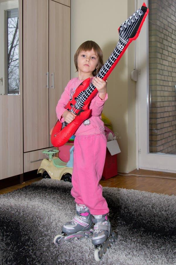 Αστείο παιδί με τα σαλάχια κιθάρων και κυλίνδρων στοκ φωτογραφία με δικαίωμα ελεύθερης χρήσης