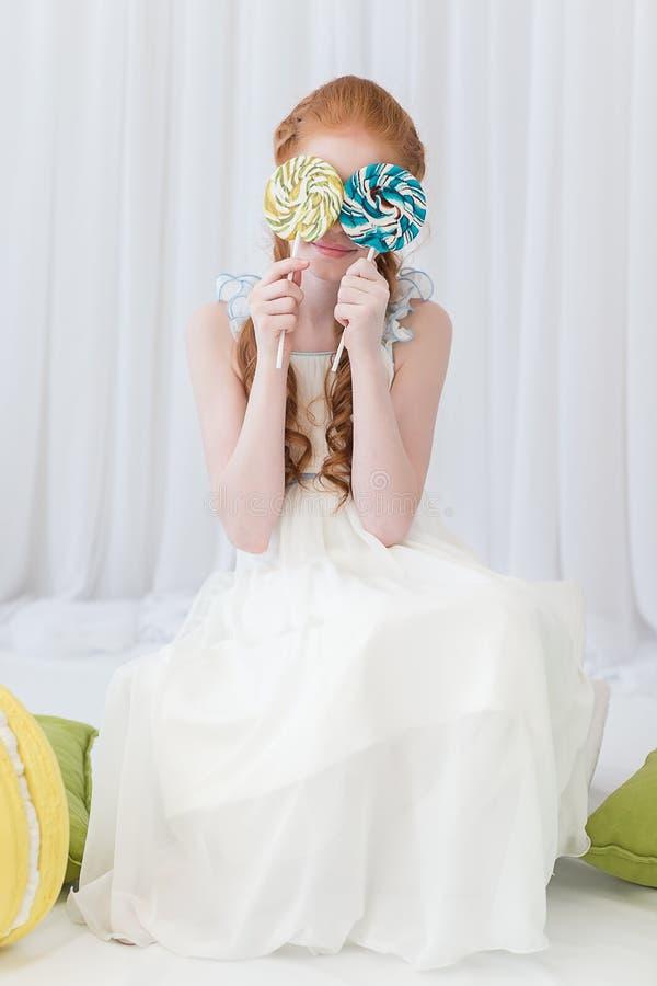 Αστείο παιδί με την καραμέλα lollipop στοκ φωτογραφία με δικαίωμα ελεύθερης χρήσης