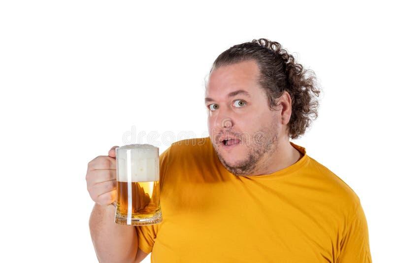 Αστείο παχύ συναίσθημα ατόμων ευτυχές και που χαλαρώνουν, φρέσκια κρύα μπύρα εκμετάλλευσης στα χέρια του στο άσπρο υπόβαθρο στοκ φωτογραφία με δικαίωμα ελεύθερης χρήσης