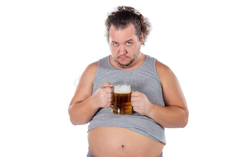 Αστείο παχύ συναίσθημα ατόμων ευτυχές και που χαλαρώνουν, φρέσκια κρύα μπύρα εκμετάλλευσης στα χέρια του στο άσπρο υπόβαθρο στοκ εικόνα με δικαίωμα ελεύθερης χρήσης