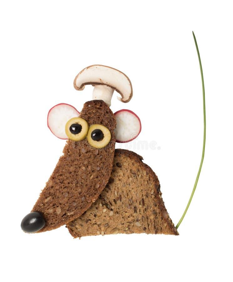 Αστείο ποντίκι που γίνεται με το μαύρο ψωμί στοκ φωτογραφία με δικαίωμα ελεύθερης χρήσης