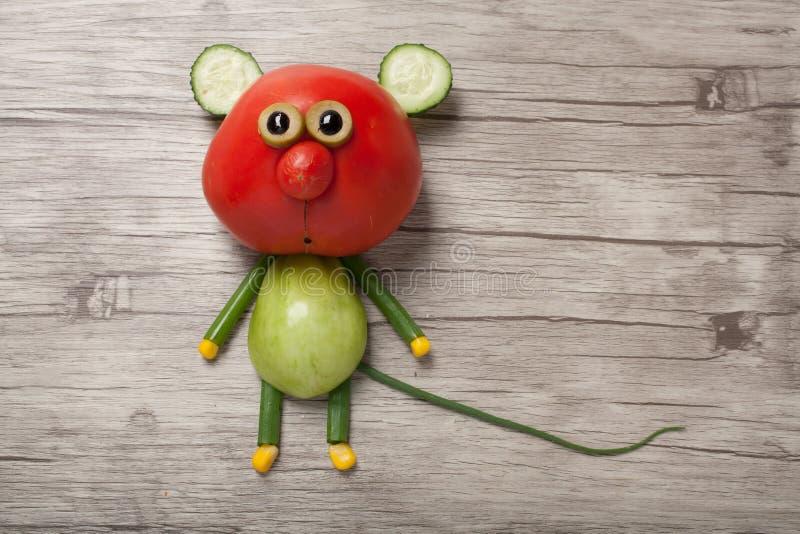Αστείο ποντίκι φιαγμένο από κόκκινη και πράσινη ντομάτα στοκ φωτογραφία