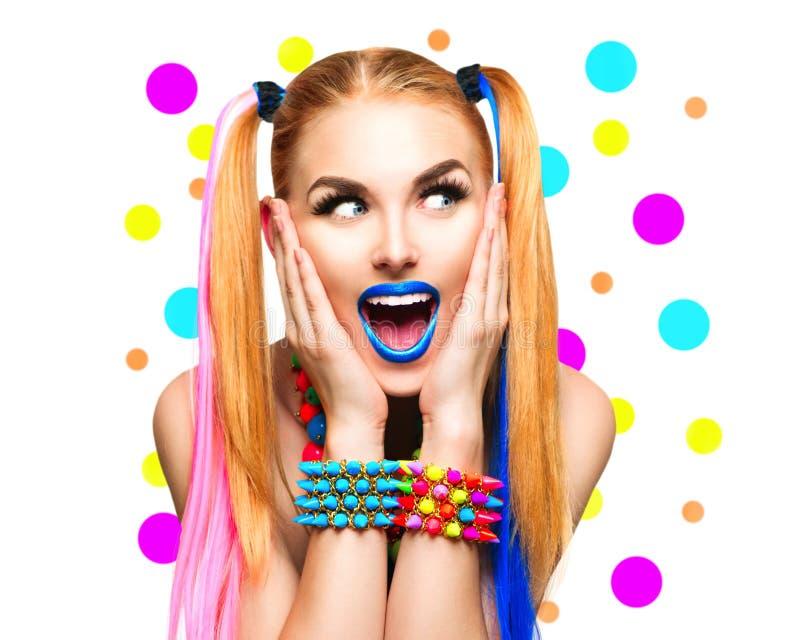 Αστείο πορτρέτο κοριτσιών ομορφιάς με το ζωηρόχρωμο makeup στοκ εικόνες με δικαίωμα ελεύθερης χρήσης