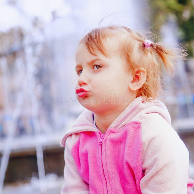 Αστείο πορτρέτο λίγου χαριτωμένου κοριτσιού παιδιών που έχει τη διασκέδαση ενάντια στις διακοπές πηγών παφλασμών νερού, υπόλοιπο, στοκ φωτογραφίες με δικαίωμα ελεύθερης χρήσης