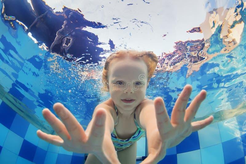 Αστείο πορτρέτο της κολύμβησης κοριτσάκι υποβρύχιο στη λίμνη στοκ εικόνες με δικαίωμα ελεύθερης χρήσης