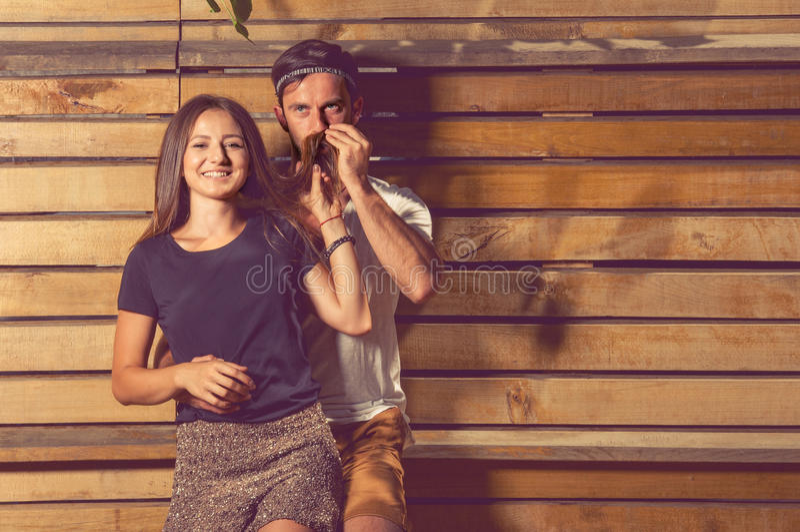 Αστείο πορτρέτο του ευτυχών κοριτσιού και του ατόμου που μυρίζουν την τρίχα της στοκ εικόνες