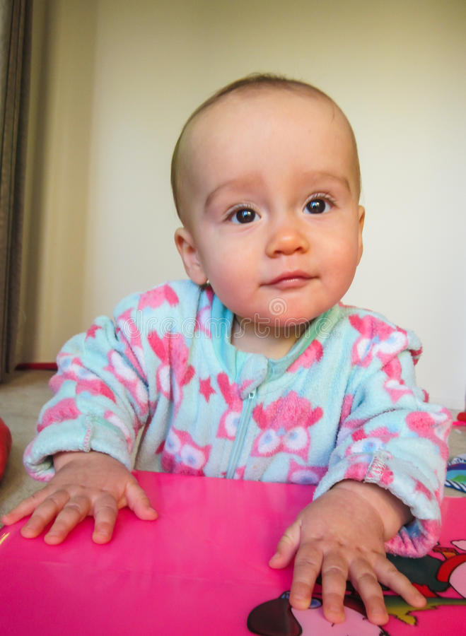 Αστείο πορτρέτο του χαριτωμένου μωρού στοκ φωτογραφίες