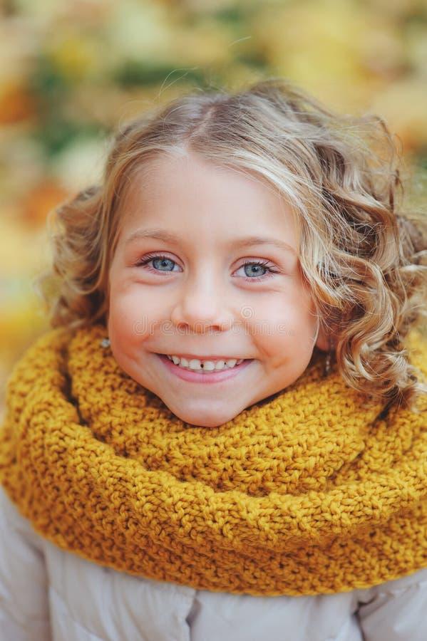 Αστείο πορτρέτο φθινοπώρου του ευτυχούς περπατήματος κοριτσιών μικρών παιδιών υπαίθριου στοκ φωτογραφία με δικαίωμα ελεύθερης χρήσης