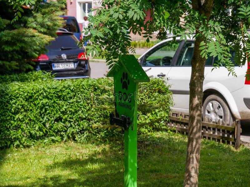 Αστείο πράσινο σημάδι οδών χώρων στάθμευσης σκυλιών στοκ φωτογραφία με δικαίωμα ελεύθερης χρήσης