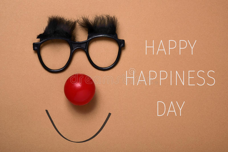Αστείο πρόσωπο και ευτυχής ημέρα ευτυχίας κειμένων στοκ φωτογραφία