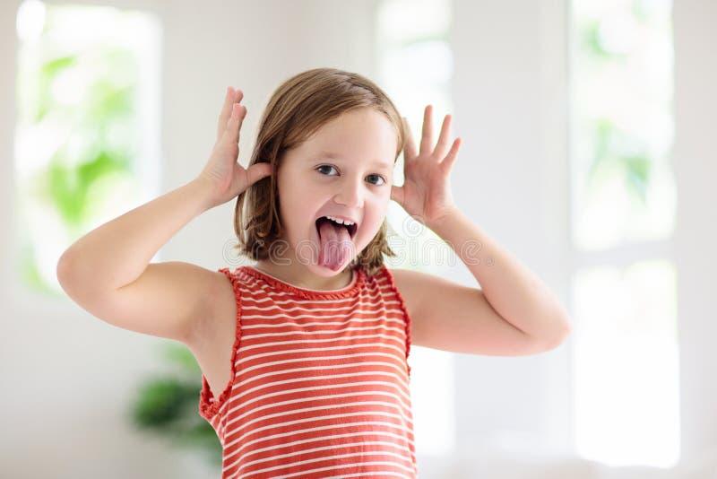 Αστείο πρόσωπο παιδιού Παιδικό παιχνίδι Το κορίτσι γελάει στοκ φωτογραφίες με δικαίωμα ελεύθερης χρήσης