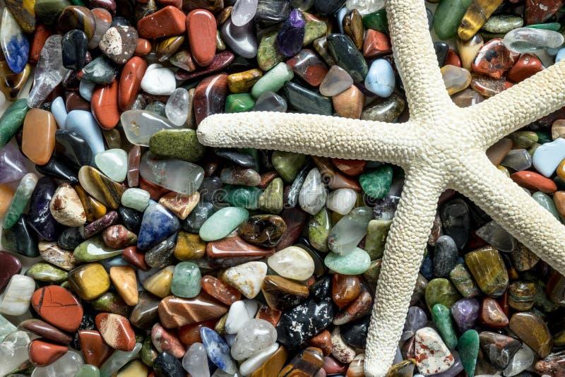 Αστερίας με τις μικρές πέτρες χρώματος στοκ εικόνα με δικαίωμα ελεύθερης χρήσης