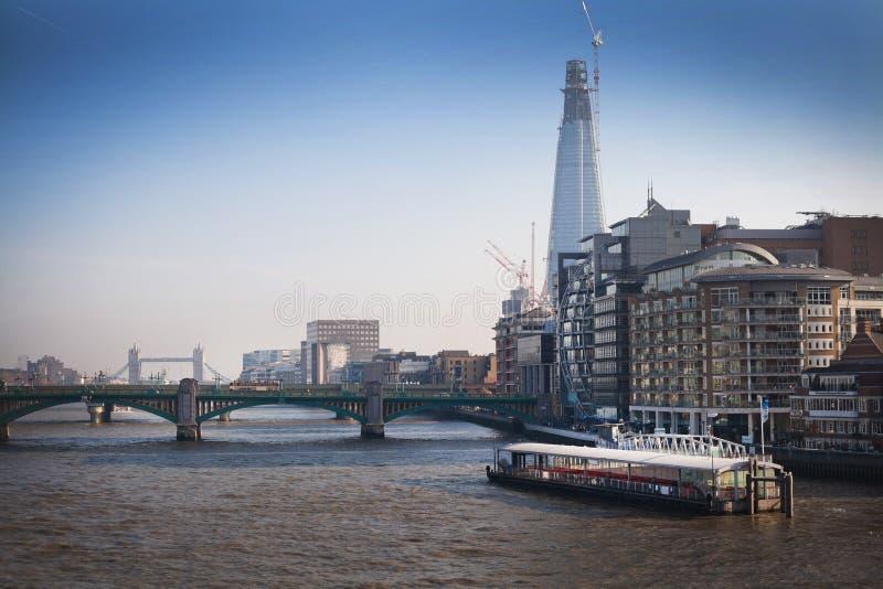 Αστική άποψη τοπίων πόλεων του Λονδίνου από τον Τάμεση στοκ φωτογραφίες