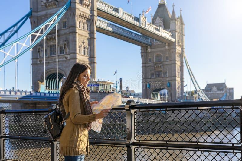 Αστική έννοια τουριστών πόλεων μπροστά από τη γέφυρα πύργων στο Λονδίνο, UK στοκ εικόνα