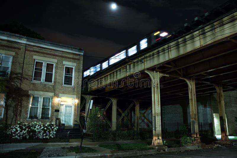Αστική ανυψωμένη πόλη του υπόγειου τρένου του Σικάγου CTA που διασχίζει ένα bridg στοκ φωτογραφία με δικαίωμα ελεύθερης χρήσης