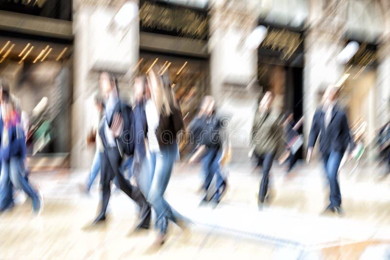 Αστική κίνηση, άνθρωποι που περπατά στην πόλη, θαμπάδα κινήσεων, επίδραση ζουμ στοκ εικόνες