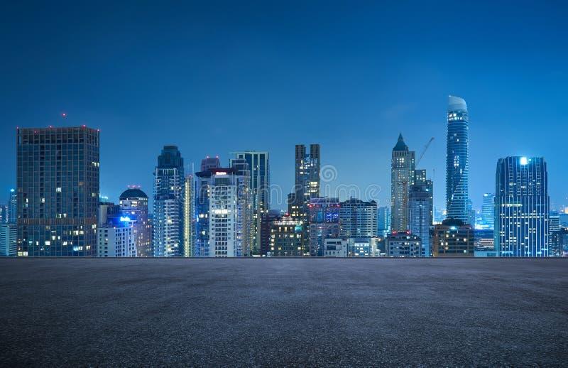 Αστική σκηνή νύχτας οριζόντων εικονικής παράστασης πόλης της Μπανγκόκ με το κενό πάτωμα ασφάλτου στοκ φωτογραφία