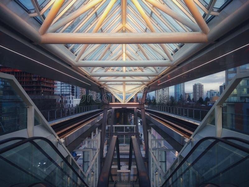 Αστική συμμετρία στο σταθμό Metrotown, Βανκούβερ στοκ φωτογραφία