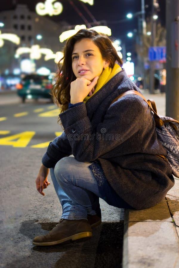 Αστική συνεδρίαση κοριτσιών από το δρόμο τη νύχτα στοκ φωτογραφία με δικαίωμα ελεύθερης χρήσης