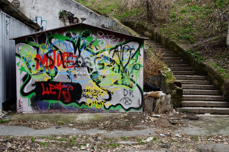 Αστική τέχνη γκράφιτι στην παλαιά πόρτα γκαράζ grunge της εγκαταλειμμένης περιοχής της παλαιάς Οδησσός, Ουκρανία στοκ φωτογραφίες με δικαίωμα ελεύθερης χρήσης