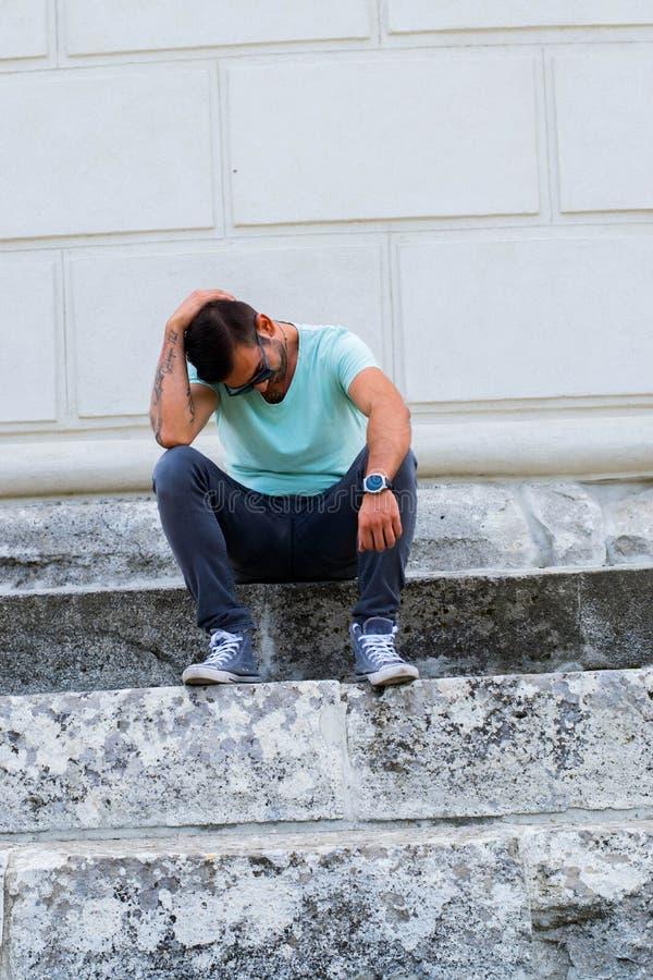 Αστικό άτομο στα σκαλοπάτια στοκ εικόνα
