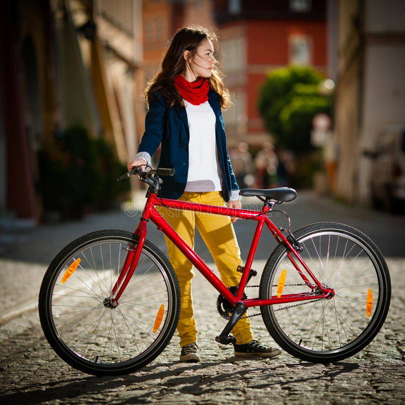 Αστικό - έφηβη και ποδήλατο στην πόλη στοκ φωτογραφία με δικαίωμα ελεύθερης χρήσης
