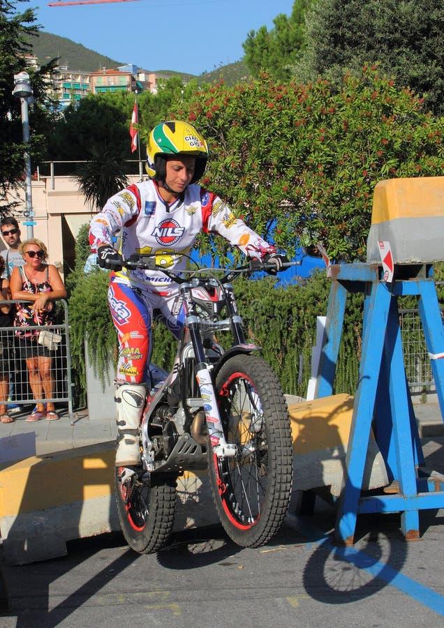 Αστικό δοκιμαστικό motorcycling: ένας ανταγωνιστής που δεσμεύεται κατά τη διάρκεια της φυλής στοκ φωτογραφίες με δικαίωμα ελεύθερης χρήσης