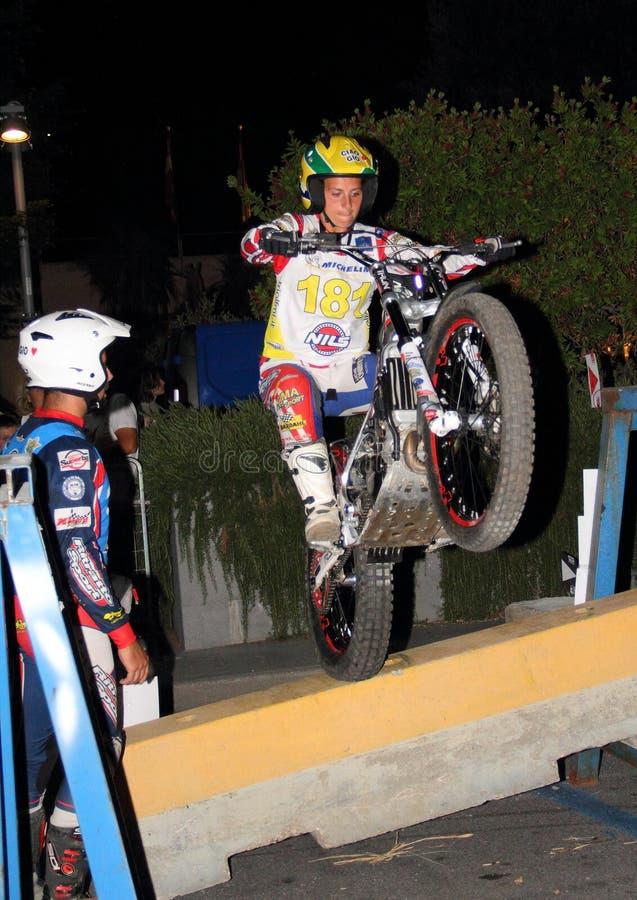 Αστικό δοκιμαστικό motorcycling: ένας ανταγωνιστής που δεσμεύεται κατά τη διάρκεια της φυλής στοκ φωτογραφία με δικαίωμα ελεύθερης χρήσης