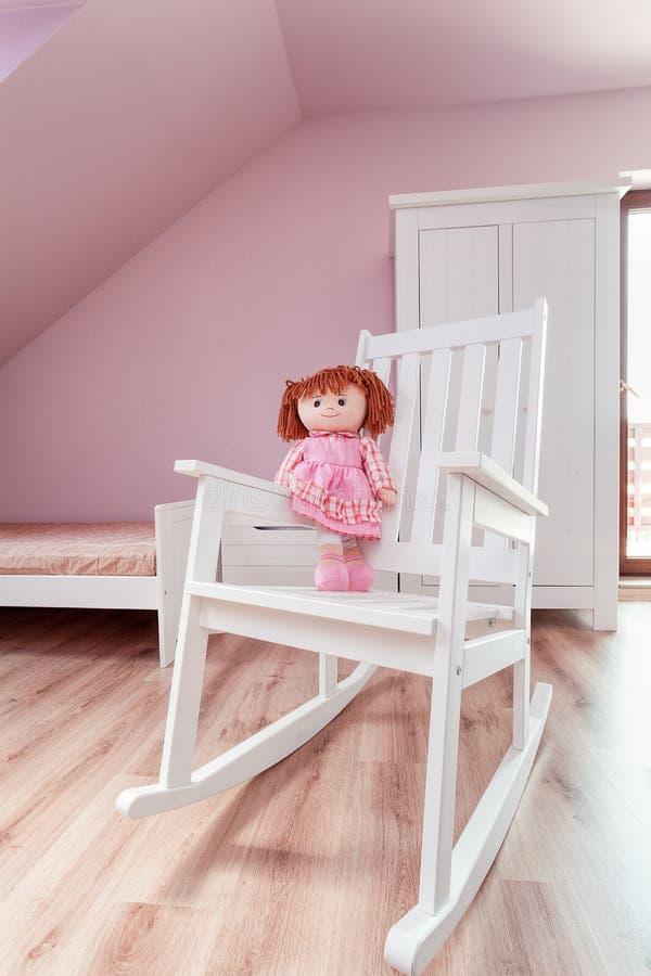 Αστικό διαμέρισμα - κούκλα στο λίκνισμα της καρέκλας στοκ φωτογραφία με δικαίωμα ελεύθερης χρήσης