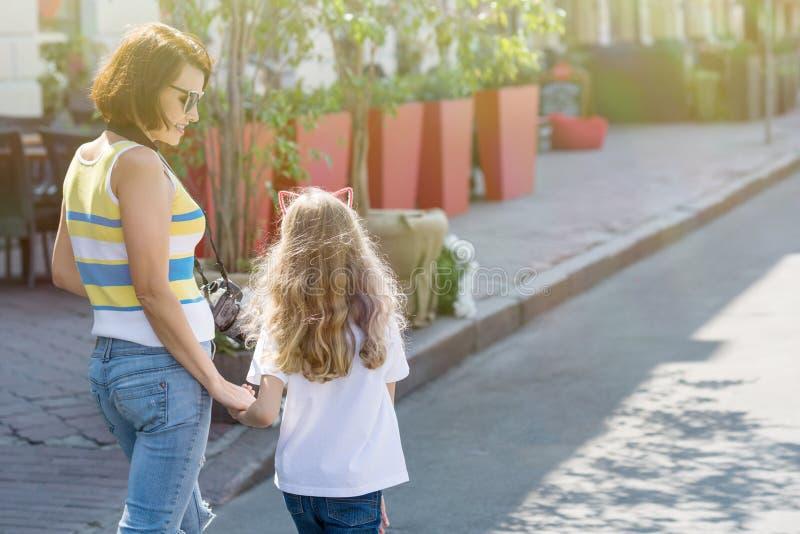 Αστικό πορτρέτο της μητέρας και της κόρης στοκ εικόνες με δικαίωμα ελεύθερης χρήσης