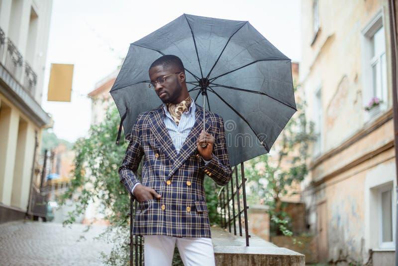 Αστικό πορτρέτο της όμορφης στάσης επιχειρηματιών αφροαμερικάνων στοκ εικόνες με δικαίωμα ελεύθερης χρήσης