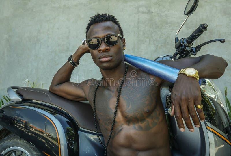 Αστικό πορτρέτο τρόπου ζωής του κατάλληλου σώματος και επικίνδυνο να φανεί μαύρο αμερικανικό άτομο afro με το γυμνό κορμό και γυα στοκ εικόνες