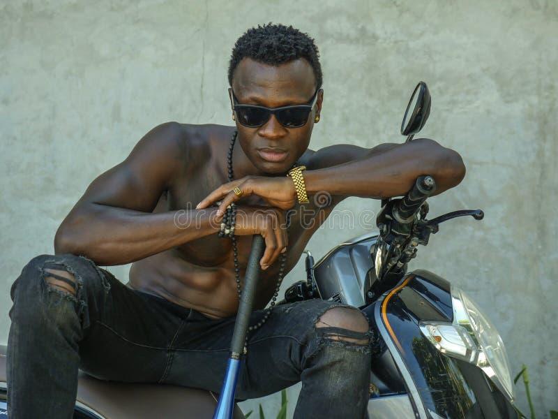 Αστικό πορτρέτο τρόπου ζωής του κατάλληλου σώματος και επικίνδυνο να φανεί μαύρο αμερικανικό άτομο afro με το γυμνό κορμό και γυα στοκ φωτογραφίες