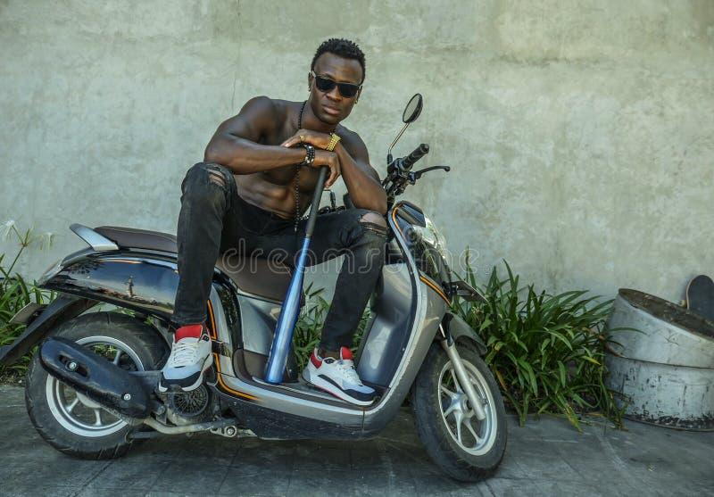 Αστικό πορτρέτο τρόπου ζωής του κατάλληλου σώματος και επικίνδυνο να φανεί αμερικανικό άτομο μαύρων Αφρικανών με το γυμνό κορμό κ στοκ φωτογραφία με δικαίωμα ελεύθερης χρήσης