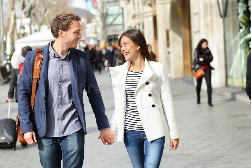 Αστικό σύγχρονο περπάτημα ζευγών επαγγελματιών στοκ φωτογραφία με δικαίωμα ελεύθερης χρήσης