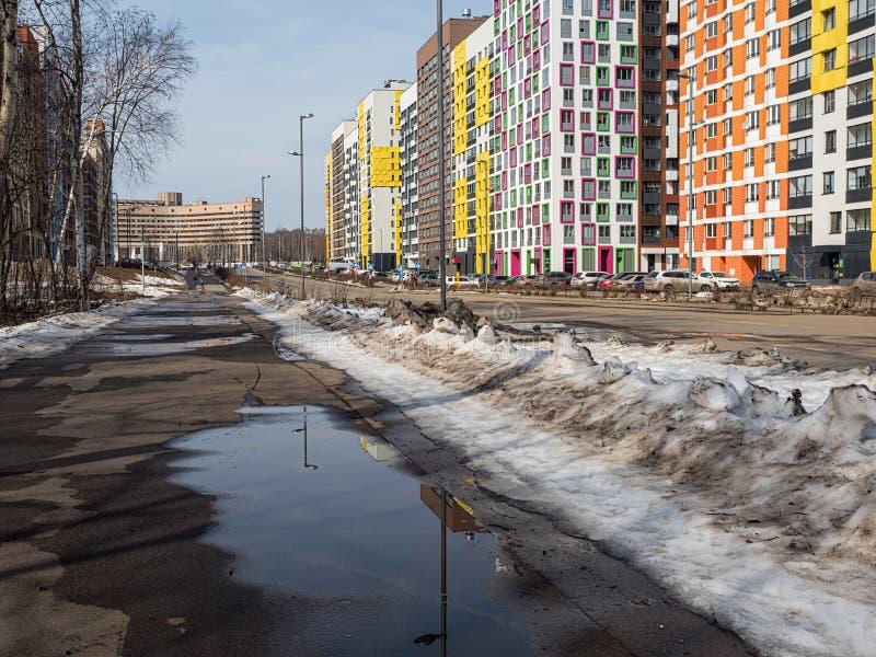 Αστικό τοπίο άνοιξη σε μια σύγχρονη κατοικήσιμη περιοχή στοκ εικόνα