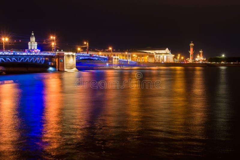 Αστικό τοπίο της Αγία Πετρούπολης σε μια σκοτεινή θερινή νύχτα στοκ φωτογραφίες με δικαίωμα ελεύθερης χρήσης