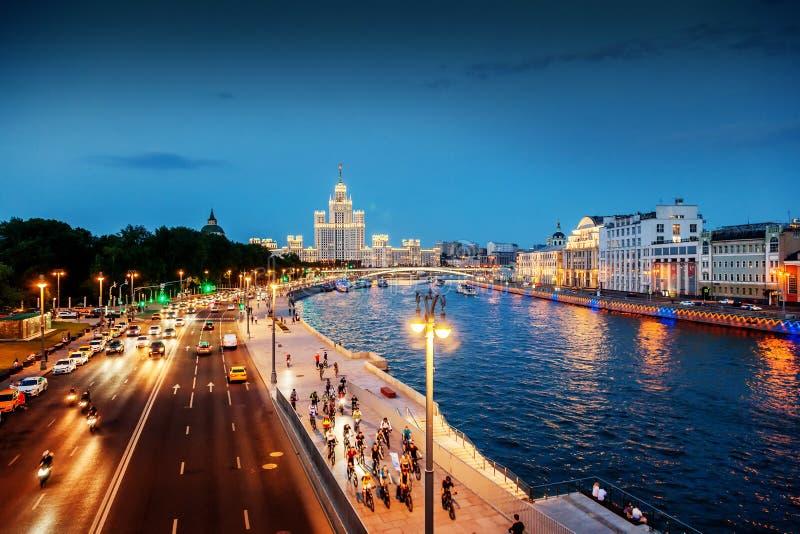 Αστικό υπόβαθρο νύχτας, Μόσχα, η πρωτεύουσα της Ρωσίας Embankmen στοκ φωτογραφίες