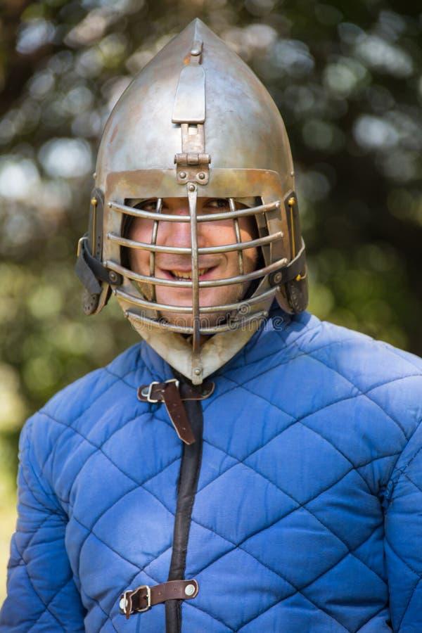 Download Αστράφτοντας εκμετάλλευση ξίφος ιπποτών Στοκ Εικόνες - εικόνα από παλτό, σίδηρος: 62716218