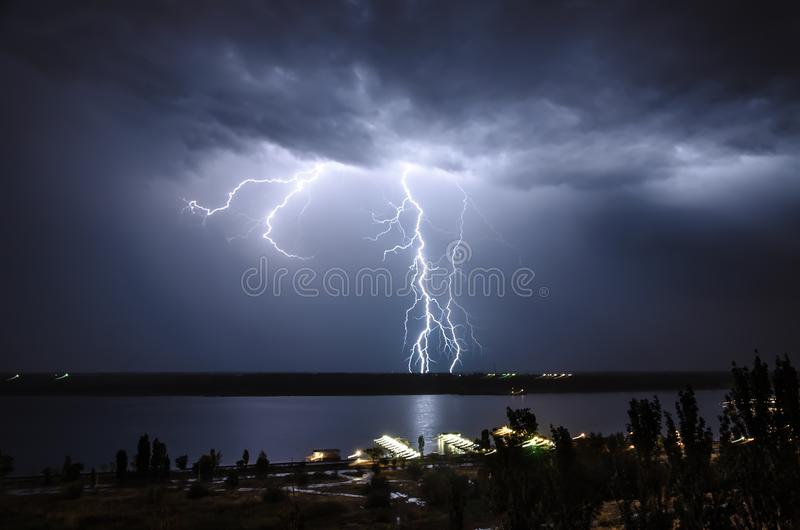 Αστραπή κατά τη διάρκεια της νύχτας ποταμών στοκ φωτογραφία με δικαίωμα ελεύθερης χρήσης