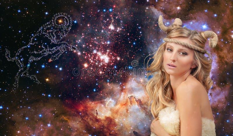 Αστρολογία και ωροσκόπιο Zodiac Aries σημάδι, όμορφη γυναίκα Aries στο υπόβαθρο γαλαξιών στοκ εικόνα
