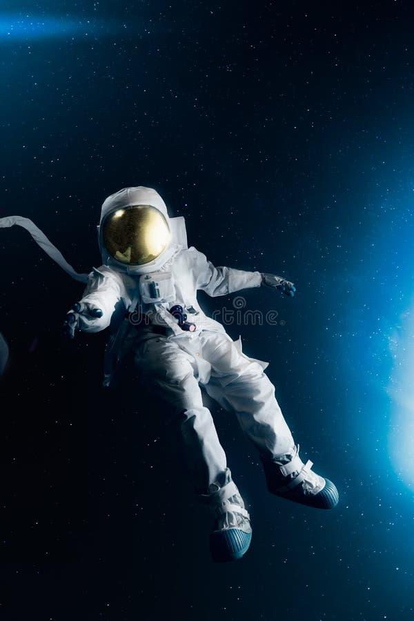 Αστροναύτης που ερευνά το μακρινό διάστημα στοκ εικόνες