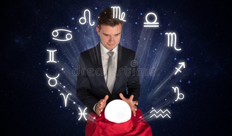 Αστροναύτης που ψάχνει την έμπνευση στη μαγική σφαίρα κρυστάλλου του στοκ φωτογραφία με δικαίωμα ελεύθερης χρήσης