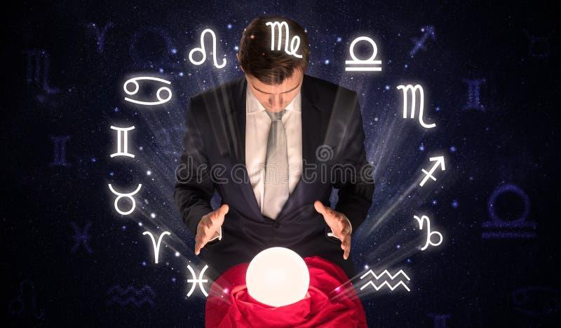 Αστροναύτης που ψάχνει την έμπνευση στη μαγική σφαίρα κρυστάλλου του στοκ εικόνες