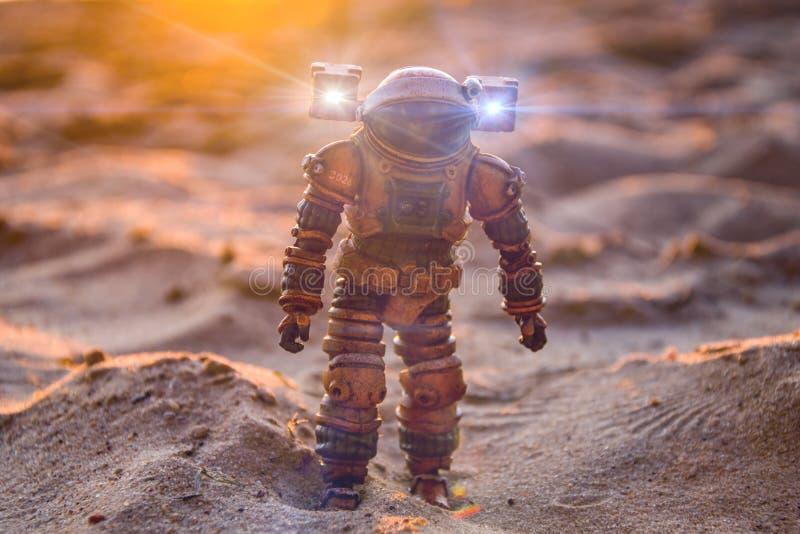 Αστροναύτης σε έναν αμμώδη πλανήτη, ηλιοβασίλεμα, εξερεύνηση του διαστήματος στοκ φωτογραφίες με δικαίωμα ελεύθερης χρήσης