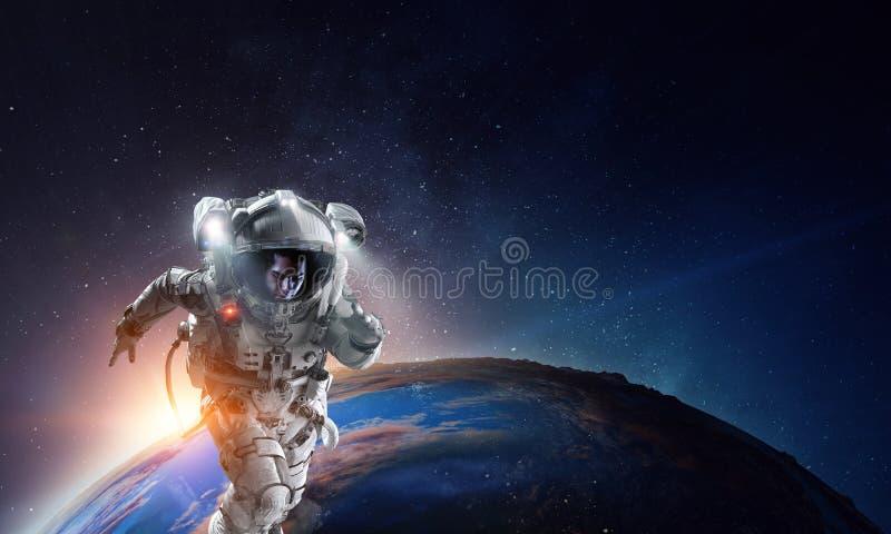 Αστροναύτης στο διάστημα στην τροχιά πλανητών στοκ φωτογραφία