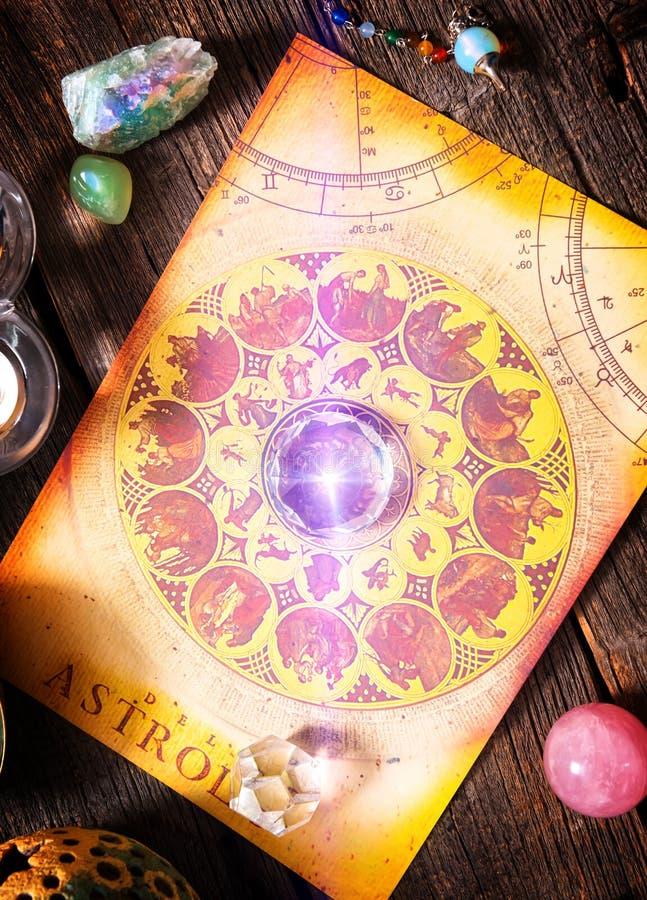 Αστρολογία με τα κρύσταλλα στοκ εικόνες