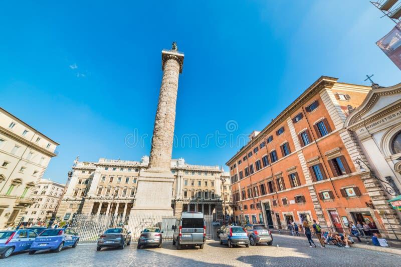 Αστυνομία και τουρίστες στην πλατεία Colonna στη Ρώμη στοκ φωτογραφία