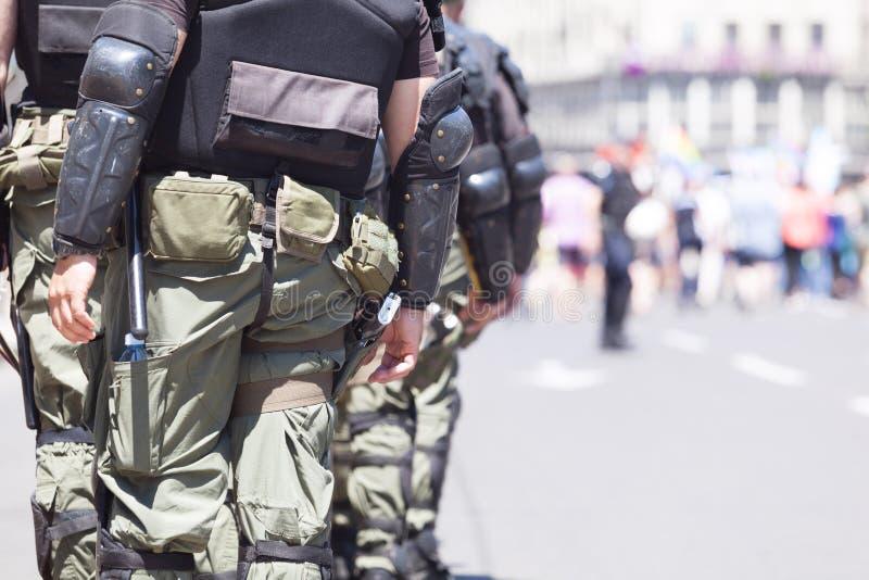 Αστυνομία ταραχής στο καθήκον κατά τη διάρκεια μιας διαμαρτυρίας οδών στοκ φωτογραφίες