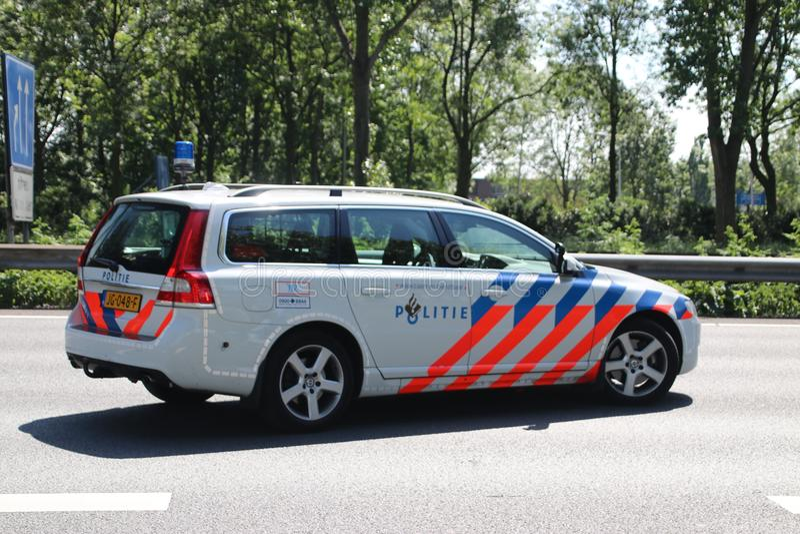 Αστυνομία της περιπόλου εθνικών οδών στη δράση μετά από τη σύγκρουση στον αυτοκινητόδρομο A20 στο κρησφύγετο IJssel Nieuwerkerk a στοκ εικόνα